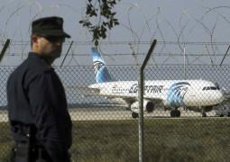 انتهاء عملية اختطاف الطائرة المصرية في مطار لارنكا بقبرص باعتقال الخاطف