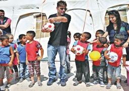 ريكي مارتن يزور اللاجئين في لبنان .. ويتأثر بقصة الطفلة بتول