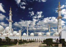 أكثر من 20 ألف وجبة يومياً لإفطار الصائمينجامع الشيخ زايد الكبير يرحب بضيوفه في الشهر الفضيل