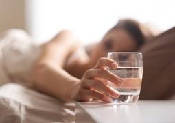 فوائد صحية لشرب الماء قبل النوم
