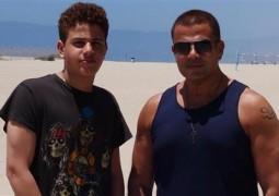 عمرو دياب يشارك جمهوره بـ صورة مع ابنه