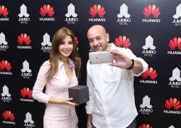"""نانسي عجرم تُلفت الاهتمام في مركز مول الإمارات بعد اللقاء مشجعي هواوي""""Huawei"""""""