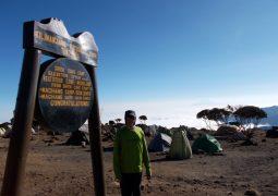 علي صالح الشنار أصغر إماراتي يعتلي قمة جبل كليمنجارو