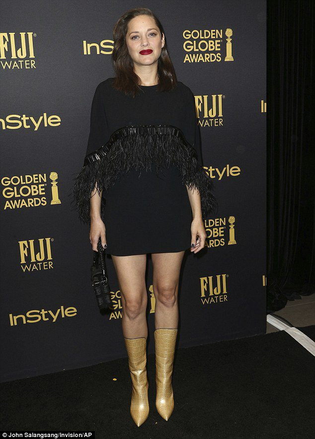 111285-3a40f63200000578-3926374-gorgeous_marion_cotillard_made_sure_to_bring_her_pregnancy_glow_-a-2_1478852529379