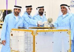 محمد بن راشد يعتمد التصميم النهائي لمسبار الأمل ويضع القطعة الأساسية لأول قمر صناعي عربي يصنع بأيد إماراتية.