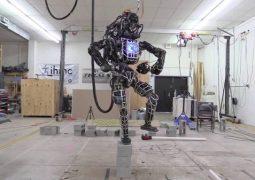 الأن أطلس روبوت  غوغل يمكنه الآن المشي على الأرض