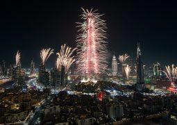 """دبي تنثر النور في العالم مع عروض الألعاب النارية المذهلة خلال احتفالات """"إعمار"""" بالعام الجديد في وسط مدينة دبي"""