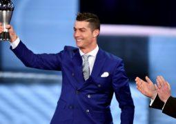 """""""الفيفا"""" يتوج رونالدو كأفضل لاعب في عام 2016."""