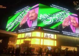 تزينت كبرى مجمعات ومراكز العاصمة الماليزية، كوالالمبور، بصور خادم الحرمين   الملك سلمان بن عبد العزيز، وعلم المملكة، احتفاء بزيارته.