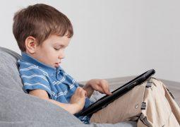 ماذا فعلت التكنولوجيا بعلاقة الأم بإبنها