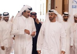 محمد بن زايد يبحث مع أمير دولة قطر تعزيز التعاون الأخوي ومجمل القضايا الإقليمية و الدولية.
