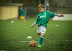 طفل يتحدى لاعب مدريدي ويتفوق عليه