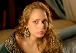 ليلي سوبيسكي.. جمالها يحجب موهبتها وأمومتها سبب نجاحها في الحياة