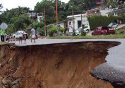 إنهيار أرضي يبتلع 20 منزلاً في  قرية في أندونيسيا