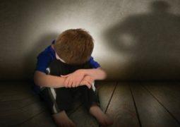 تحرش بطفل في السابعة مستغلاً  غياب والده في المسجد