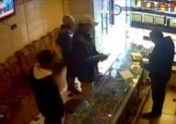 بالفيديو  (جريمة قتل وحشية) أثناء عملية سرقة في مصر