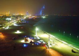 أول شاطئ عام للسباحة الليلية في دبي