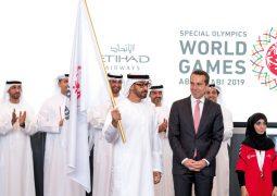 محمد بن زايد يتسلم علــم دورة الأولمبياد الخاص «أبوظبي 2019»
