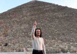 يانى: الأهرامات من أكثر الأماكن إثارة فى العالم