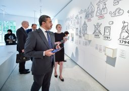 عبدالله بن زايد يزور مركز التعليم المدني في ليتوانيا