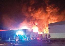 6 إدارات دفاع مدني شاركت في السيطرة على حريق مصنع بأم القيوين