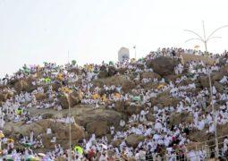 جموع حجاج بيت الله الحرام تستقر على صعيد عرفات الطاهر