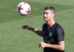 رونالدو في منافسة مع ميسي وبوفون على أفضل لاعب