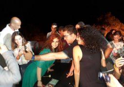 لينا شماميان توقع للجمهور على ألبومها الأخير وتلتقط الصور التذكارية