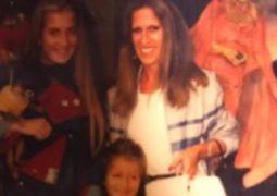 نيكول سابا تسترجع ذكرياتها بصور طفولتها مع والدتها وشقيقتها