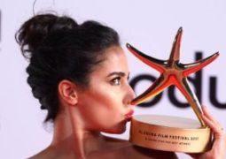 الممثلة المغربية نادية كوندا تحصد جائزة نجمة الجونة الذهبية لأفضل ممثلة