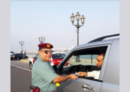 شرطة أبوظبي توزع سماعات هاتف على السائقين وتدعوهم إلى عدم الانشغال بالرد على رسائل المعايدة