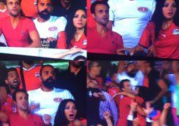 عناق بين يوسف الشريف وزوجته احتفالا بتأهل مصر لكأس العالم 2018
