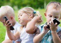 الهواتفُ الذكية …. تجعلُ أطفالنا أجساداً لا ذكية
