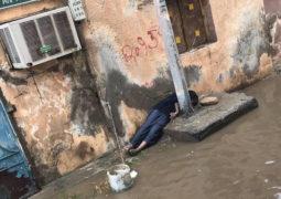 طفل صعقته الكهرباء بعد غرق جدة