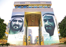 عمل إبداعي يضم صورتي زايد ومحمد بن راشد يُجمِّل واجهة «دبي المالي»