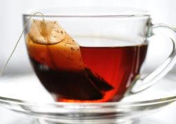 لن تصدق ما يفعله  الشاي الساخن بالعيون