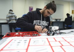 """أميركية الشارقة تطرح """"مخيم الحوسبة"""" لتعريف طلبة المدارس الثانوية على التصميم والابتكار الهندسي"""