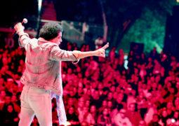 محمد منير يلهب حماس الجمهور على مسرح مدينة دبي الإعلام بمشاركة فرقة شارموفرز