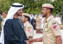 محمد بن راشد ومحمد بن زايد يقلِّـدان أبطالاً من القوات المسلحة «وسام الشجــاعة»