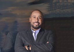 الفنان يوسف العماني يضرب رأسه بالجدار