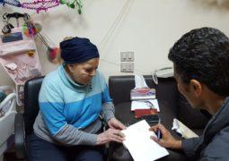 """خالد النبوى يزور نادية لطفى فى عيد الأم ويهديها نسخة من """"واحة الغروب"""""""