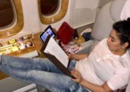 شيرين عبد الوهاب على متن الطائرة لإحياء حفلها فى دبى