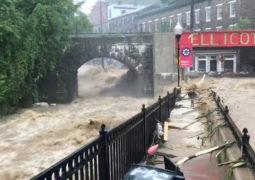 فيضانات مرعبة في أميركا.. أنهار تلتهم السيارات