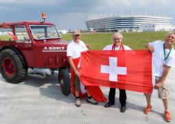 مشجع سويسري يقطع بجراره 2000 كم لمناصرة بلاده في روسيا