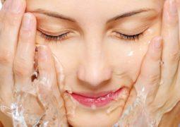 7أخطاء قد ترتكبينها عند تنظيف بشرتكِ