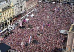 لاعبو  كرواتيا يحظون باستقبال شعبي وتاريخي