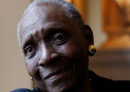 روائية فرنسية تفوز بجائزة بديلة ….بعد حجب نوبل الآداب